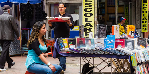 Vendedora en la calle en el centro de Bogotá (Colombia)