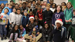 Giacca di pelle e cappello da Babbo Natale: in questo video Obama mostra tutto il suo amore per i