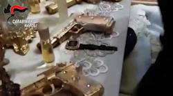 Per ricordare la comunione del nipote, un uomo aveva bomboniere a forma di pistola e proiettili a forma di
