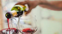 Beber vinho todos os dias reduz risco de Alzheimer, mostra