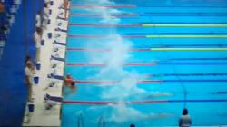 Ce nageur espagnol sacrifie sa course et observe seul une minute de silence en hommage aux victimes en