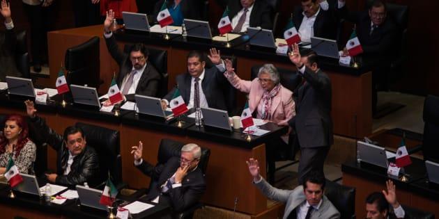 Senadores emiten su voto durante la primera sesión del periodo ordinario de la LXIV Legislatura en el Senado de la República