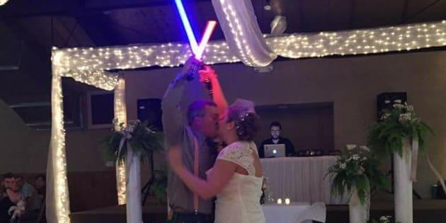 Ces jeunes mariés font un duel de sabre laser pour l'ouverture de leur bal de mariage
