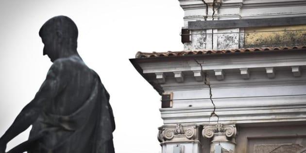Piazza Regina Margherita (ex sede del Palazzo Civico) e statua di Sallustio. L'Aquila, il 5 aprile 2013.