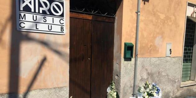 Fiori all'esterno del locale di Alatri dove è stato pestato mortalmente Emanuele Morganti, 28 marzo 2017.