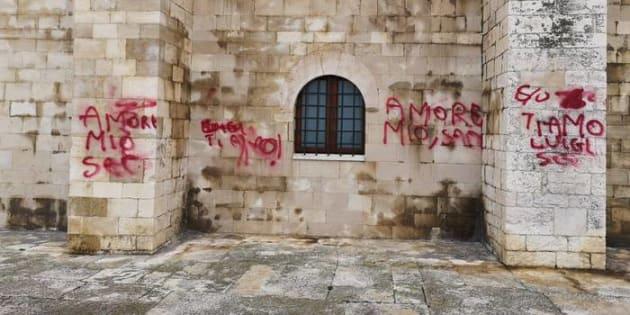"""""""Ti amo, Luigi"""" scritto sui muri della cattedrale,"""