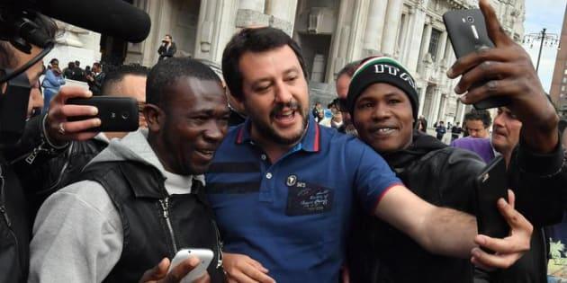 Il segretario federale della Lega Nord, Matteo Salvini, posa con alcuni migranti durante la diretta Facebook a margine dei controlli di massa eseguiti dalla forze dell'ordine davanti la stazione centrale di Milano, 02 maggio 2017. ANSA/DANIEL DAL ZENNARO
