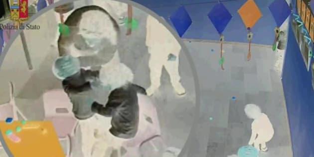 Un frame tratto dalle immagini delle telecamere nascoste della Polizia di Stato mostrano una maestra di scuola dell'infanzia di 50 anni, in servizio alla scuola XXV Luglio di Taranto, mentre maltratta alcuni alunni, di et� prossima ai tre anni, 23 Novembre 2017. La donna a seguito dell'osservazione video e dell'ascolto audio, � stata arresata. ANSA/ UFFICIO STAMPA/ POLIZIA DI STATO  +++ NO SALES, EDITORIAL USE ONLY +++