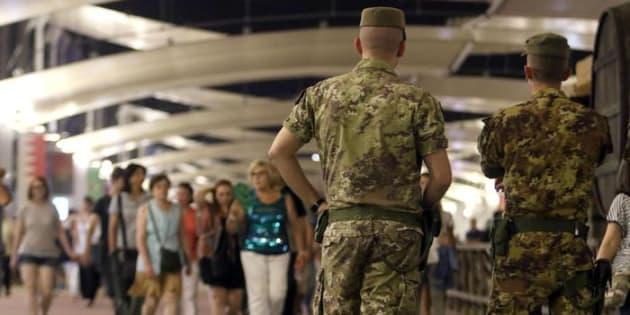 Il deflusso dei turisti durante Servizio notturno con l'Esercito Italiano. Milano, 14 agosto 2015.  ANSA/STEFANO PORTA