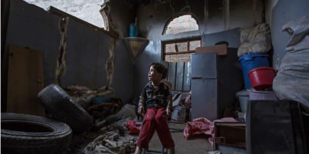 Un niño contempla lo que queda de su casa tras un bombardeo en Faj Attan, en Yemen.