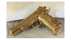 A Napoli una pistola in ceramica dorata da regalare come bomboniera: è