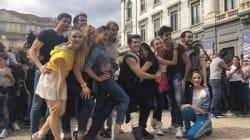 Roberto Bolle fa ballare un'intera piazza: a Milano flash-mob a