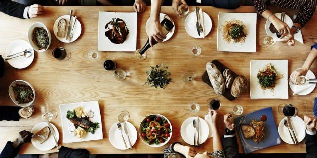 Se você está planejando atingir um objetivo comercial, avalie com cuidado se não é possível reduzir a lista de convidados para o máximo de quatro pessoas.
