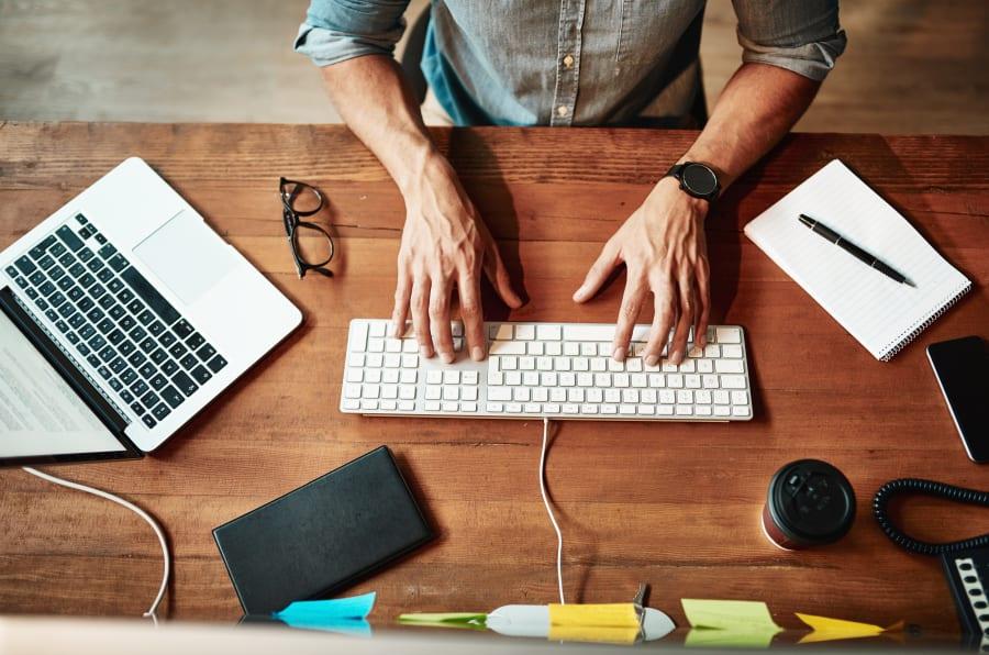 Imagen de un hombre en un escritorio usando una computadora.