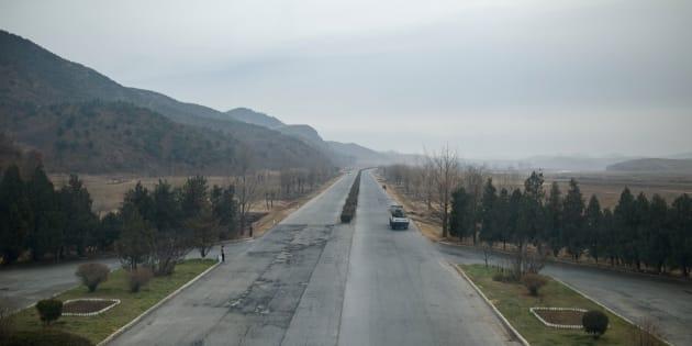 Photo de l'autoroute menant de Pyongyang à Kaesong, en Corée du Nord.