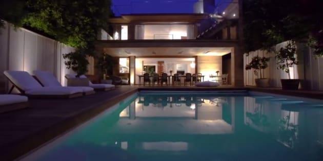 Il va falloir économiser pour pouvoir louer la villa de Pamela Anderson à Malibu