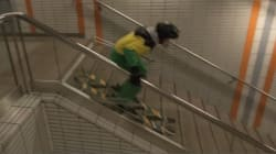 Il dévale les escaliers du métro toulousain... en