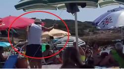 La turista versa l'olio del tonno in mare, l'anziano signore sardo le dà una lezione di civiltà e fa scattare l'applauso di t...