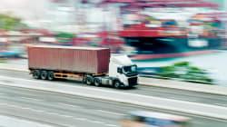 Camionista va in overdose mentre guida un tir di 11 tonnellate: si schianta al