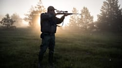 Scambia un altro cacciatore per un cinghiale, gli spara e lo