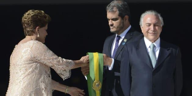 Blogueiro critica atual governo, resultante do impeachment de Dilma Rousseff.