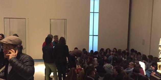 Un groupe de jeunes regroupés au Louvre après l'attaque terroriste de vendredi.