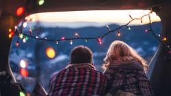 À l'approche de Noël, une nouvelle tendance de rencontre amoureuse fait son