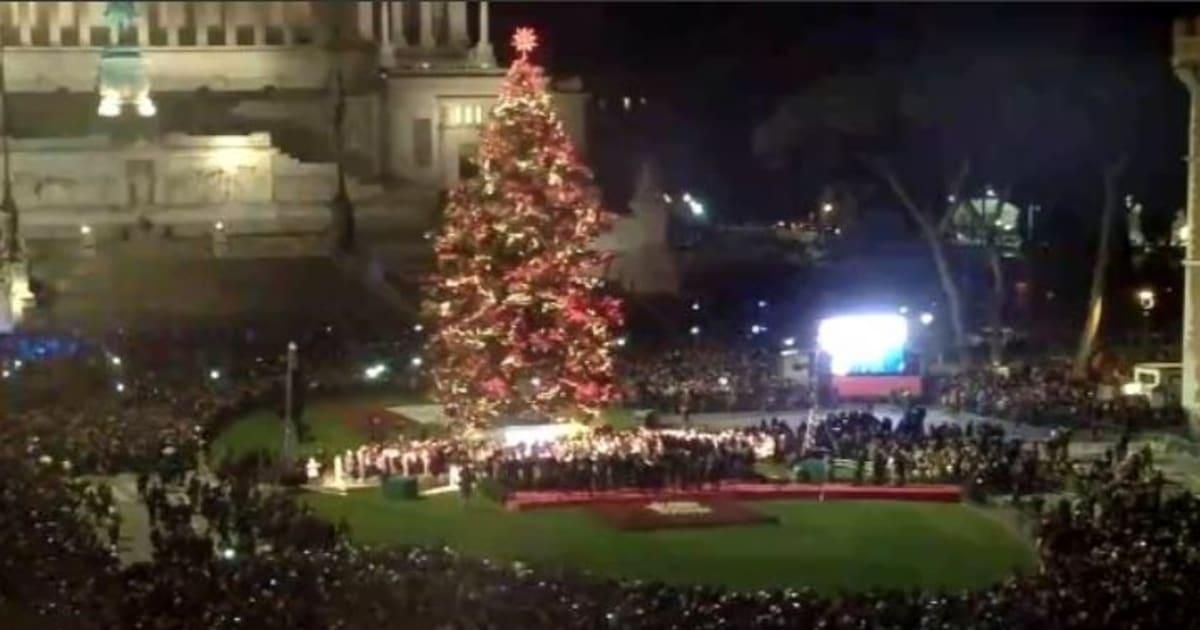 Spelacchio addio, acceso l'albero di Natale di Roma. Ed è bellissimo
