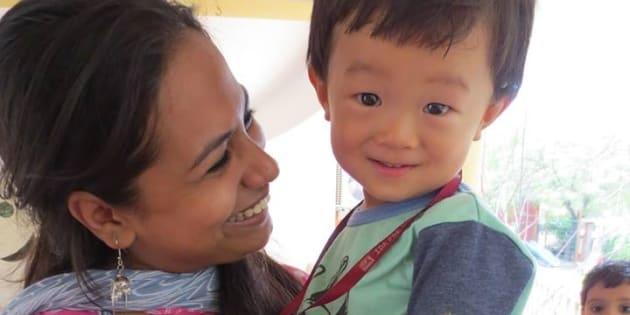 渡印して3週間後、1歳のケイを残してパリ取材へ。インドのプレスクールを紹介してくれた友人のおかげで旅立てた