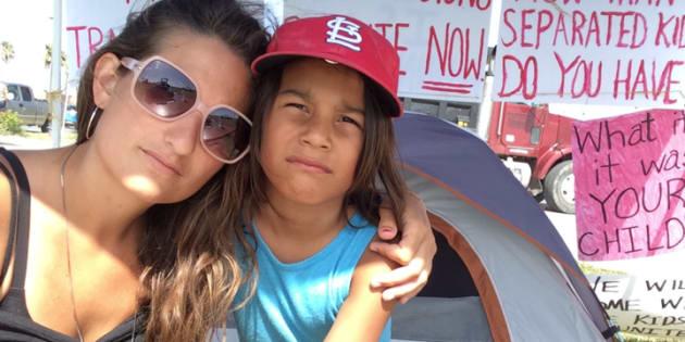 """L'auteure et Gabe, son fils de 7 ans, posent près de leur tente devant la Casa El Presidente, un refuge pour """"enfants d'âge tendre"""" de Brownsville (Texas)."""