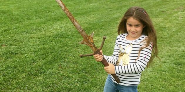 「伝説の湖」で発見された剣を構えるマチルダ・ジョーンズさん