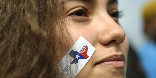 Andrea Balverde, de 15 años, se manifiesta en el Campus de Auraria, Denver (Colorado, EE UU) en contra de la derogación del plan DACA.