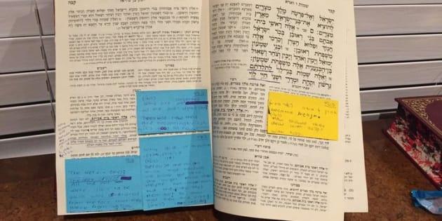 Mes textes judaïques du lycée sont couverts de notes prises avec le plus grand sérieux. Les élèves d'une Bais Yaakov sont formées à devenir de bonnes épouses et mères juives plutôt qu'encouragées à entrer à l'université et à faire carrière.