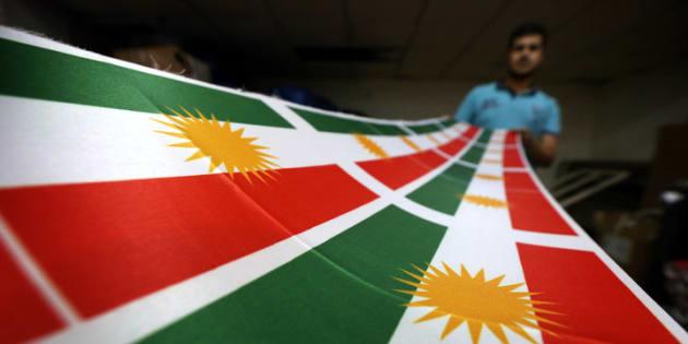 Iraquiano imprime bandeira do Curdistão.