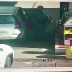 IL VIDEO - L'attentatore mentre riempie le taniche di