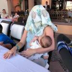 「胸を覆って」授乳中に言われたママ、笑えるリアクションで反撃