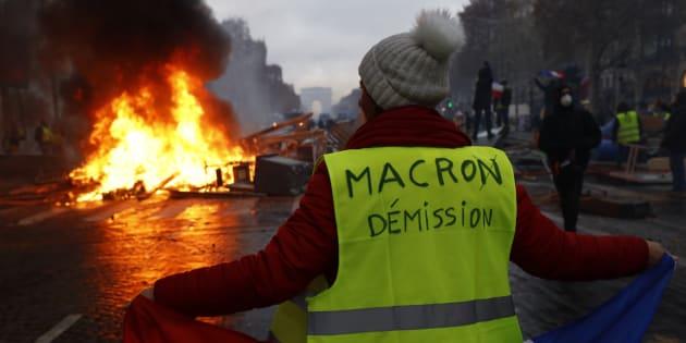 Des gilets jaunes manifestent sur les Champs-Elysees à Paris, samedi 24 novembre.