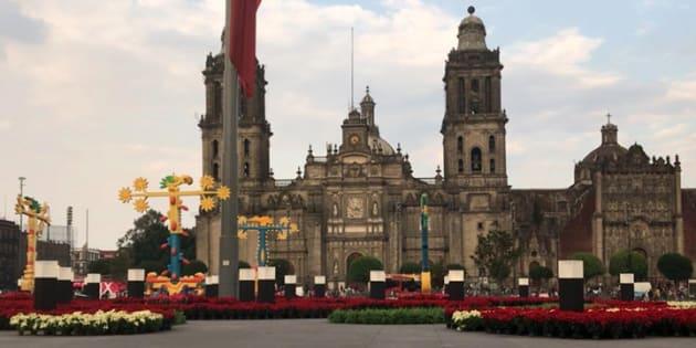 Así luce el Zócalo capitalino desde esta mañana, cuando trabajadores instalaron un jardín navideño