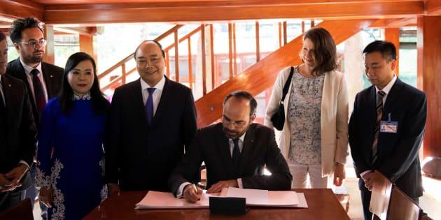 Édouard Philippe a rendu hommage à Ho Chi Minh dans la dédicace qu'il a inscrite dans le livre d'or du bureau du père de l'indépendance du Vietnam.