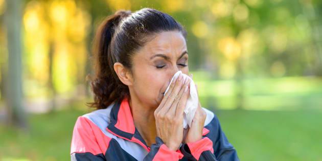 Imagen de una mujer con alergia. ¿Los remedios naturales contra la alergia funcionan? Esto dicen los expertos.