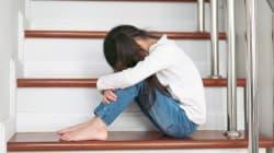 Lascia la figlia di 6 anni sola di notte per andare dall'amante e la bimba esce in strada,