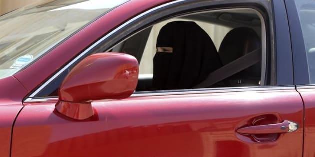 Una mujer conduce en Arabia Saudí, en 2013, una imagen muy extraña y arriesgada en el país del Golfo.