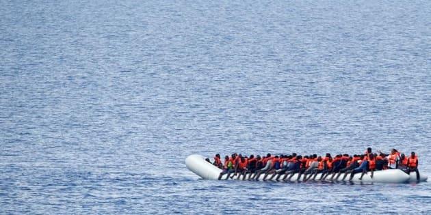 Un grupo de migrantes, antes de ser rescatados por la ONG Save The Children tras partir de Libia, el pasado 18 de julio.
