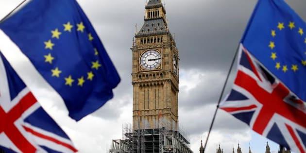 Imagen de archivo con las banderas de la UE y Reino Unido en Londres.