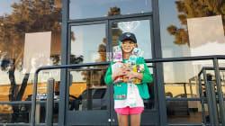 Una niña exploradora vendió 300 cajas de galletas en 6 horas afuera de tienda de