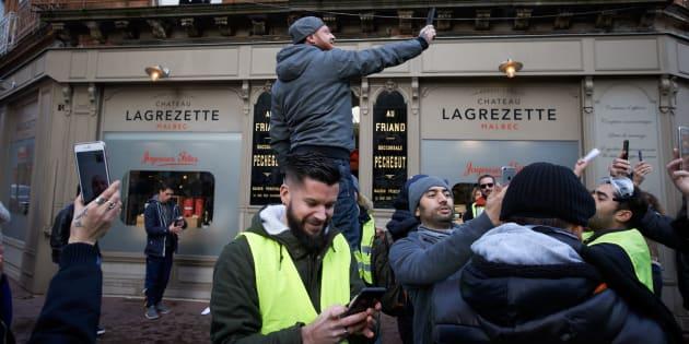 Maxime Nicolle, alias Fly Rider, réalise un Facebook Live lors de l'Acte X des gilets jaunes à Toulouse.