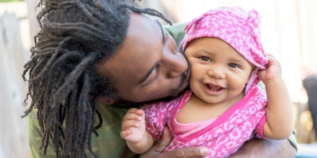 O abraço ajuda o bebê a regular o estresse e a diminuir a ansiedade.