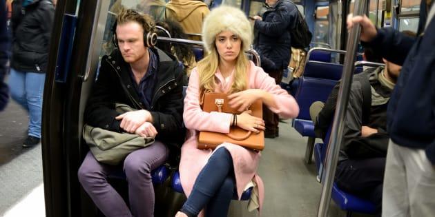 Des voyageurs assis sur des strapontins dans le métro de Paris en juin 2017