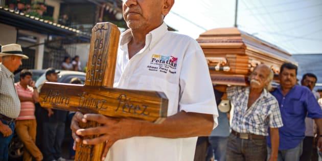 Amigos y familiares durante el funeral del alcalde perredista del municipio de Petatlán, Arturo Gómez Pérez,  quien fue asesinado mientras cenaba con su familia en un restaurante.