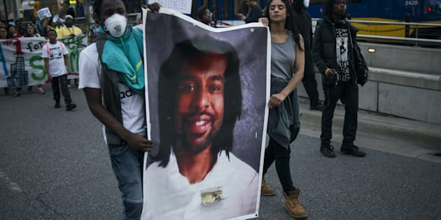 Des manifestants tiennent le portrait de Philando Castile, le 16 juin à St Paul dans le Minnesota, après l'acquittement du policier qui avait ouvert le feu sur lui.